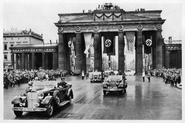 Zigarettenbilder_Olympia_Berlin-1936_Adolf-Hitler-fährt-zur-Eröffnung