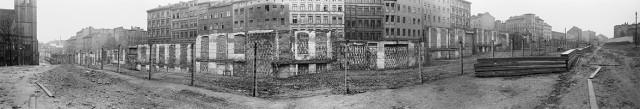 Bernauer Straße / Versöhnungskirche [Strelitzer Straße, 13.40 Uhr:] Ein Mann tritt mit selbstgefertigtem Plakat auf: »Volkskammerabgeordnete – ehemalige Nationalsozialisten«