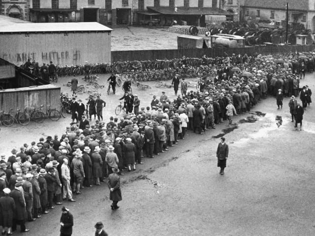 9-1930-0-0-H1-11 -------------------- D: -------------------- Arbeitslose 1930/33 in Hannover Weimarer Republik: Arbeitslosigkeit. - Schlange vor dem Arbeitsamt in Hannover. - Foto, 1930/33 (Walter Ballhause). -------------------- E: -------------------- Unemployed  1930/33 in Hannover Germany: Weimar Republic / Economic crisis. Unemployment. - Dole queue in Hanover. - Photo 1930/33 (Walter Ballhause).