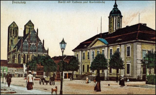 101_Prenzlau_Markt-mit-Rathaus-und-Marienkirche